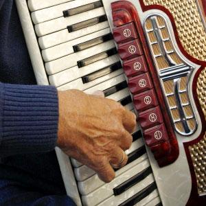 Ehemann spielt Akkordeon