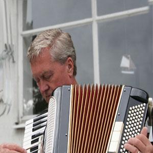 Er spielt Akkordeon