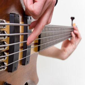 Bassgitarre E-Bass spielen mit den Fingern