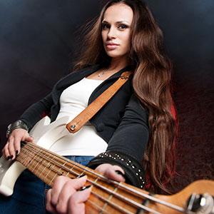 Miss spielt Bassgitarre