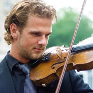 Der Junge lernt Geige Violine