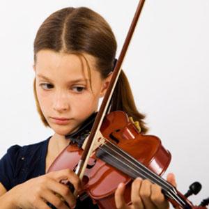 Das Mädchen lernt Geige Violine