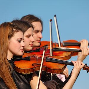 Trio spielt Geige Violine
