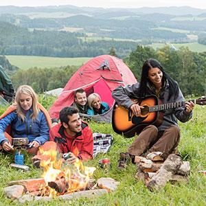 Gitarre spielen bei einem Picknick