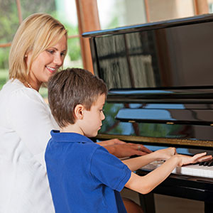 Der Junge lernt Klavier