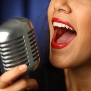 zum Mikrofon singen