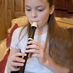 Mädchen spielt Blockflöte